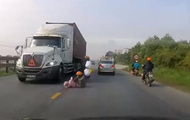 Мать с ребенком упали под колеса фуры и спаслись