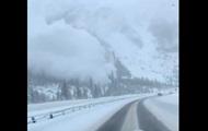 Водитель снял на видео сошедшую с горы лавину