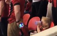 Молодой отец показал, как нужно смотреть за детьми