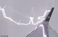 Пассажир снял на видео удар молнии в самолет