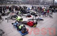 Велосипедисты устроили лежачую акцию протеста у Киеврады