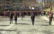 Тысячи митингующих в Киеве направляются к правительственному кварталу