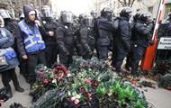 У Києві учасники протесту обклали кордон силовиків похоронними вінками