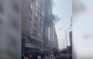 В Бангладеш горит небоскреб: люди прыгают из окон