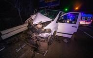 В Киеве микроавтобус с детьми влетел в отбойник, есть пострадавшие