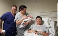 Британка в 55 лет выносила ребенка для бесплодной дочери