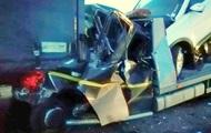 Под Киевом эвакуатор врезался в фуру