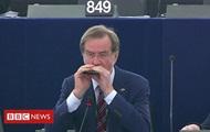 В Европарламенте депутат сыграл гимн ЕС на губной гармошке