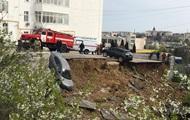 У Севастополі парковка з автомобілями сповзла в обрив