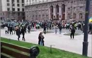 Движение по Крещатику перекрыто, проезжая часть заполнена людьми