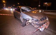 В Киеве авто влетело в остановку с людьми. 18+