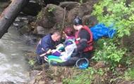 На Прикарпатье авто с туристами упало в реку