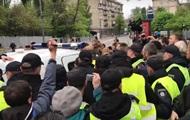 Появилось видео, как у полиции пытались отбить задержанную пенсионерку