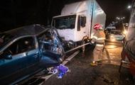Под Киевом грузовик протаранил легковушку