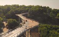 Пешеходный мост в Киеве показали с дрона