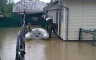 Непогода в Украине повалила деревья и затопила улицы