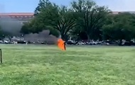 Перед Белым домом в США мужчина поджег себя