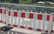 Стекла нового моста в Киеве отгородили забором
