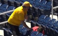 Бейсбольный фанат поплатился, лишив ребенка трофея