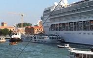 В Венеции лайнер врезался в причал и туристический катер
