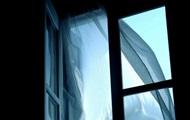 Пенсионер пытался спуститься через окно и погиб
