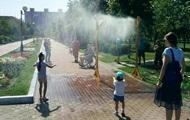 В парках Киева установили охлаждающие арки