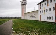 Во Франции заключенный взял в заложники двух надзирателей