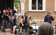 Борис Гребенщиков выступил посреди улицы в Херсоне
