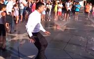 Зеленский в Мариуполе пробежал через фонтан