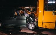 В Киеве авто влетело в автобус с пассажирами и загорелось