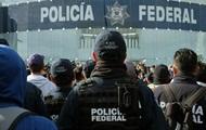 Протестующие полицейские перекрывают дороги в Мехико