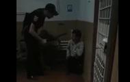 В Винницкой области полицейский заставил приседать заключенного