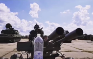 Украинский боец открыл бутылку  зениткой