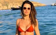 Алессандра Амбросио снялась в красном мини-бикини