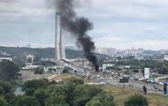 На мосту в Киеве полностью сгорело авто