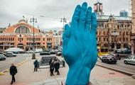 В Киеве демонтировали гигантскую синюю руку