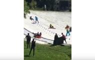 В Киеве жара +30: люди катаются на снежной горке