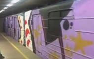 Вандалы разрисовали весь поезд метро в Киеве