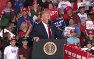 Трамп высмеял своего сторонника за лишний вес