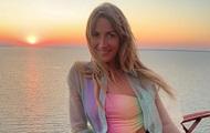 Леся Никитюк пробежалась по пляжу в микро-бикини