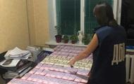 Двух чиновников задержали за 30 взяток на миллионы гривен
