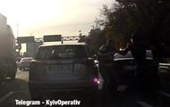 Два водителя устроили драку на оживленной трассе под Киевом