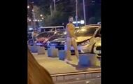 Мужчина в одних стрингах станцевал посреди Киева