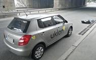 В Киеве мужчина упал с моста под проезжающие автомобили