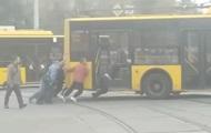 В Киеве пассажиры толкали сломанный троллейбус