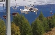 В Альпах самолет повис на проводах