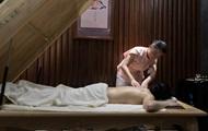 Врач во время массажа сломал пациенту позвоночник в Житомире