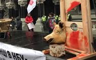 Под здание НБУ принесли свиную голову