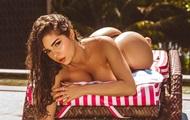 Эротика мамаши снявшей бикини возле бассейна - Vanessa Y
