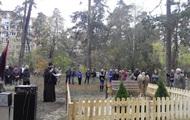 Під Києвом пам'ятник Небесної Сотні і героям АТО викинули в болото